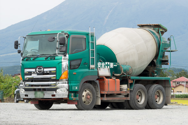 コンクリートの輸送はサンライズ産業 ミキサー車