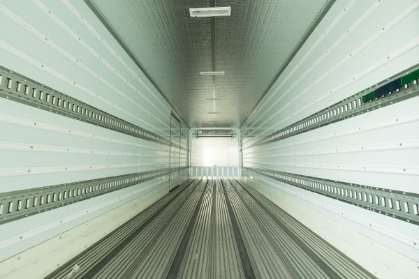 冷蔵冷凍車の庫内